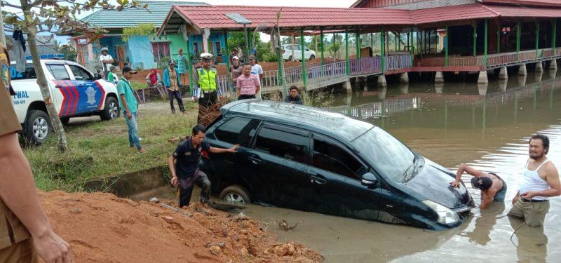 Mobnas jenis Toyota Avanza yang mengalami kecelakaan tunggal