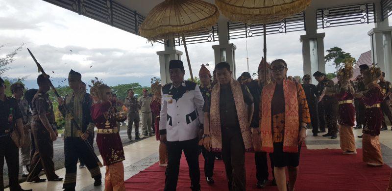 Bupati Lebong H Rosjonsyah SIP MSi menggelar penyambutan adat Kajari Lebong yang baru Fadil Regan SH MH