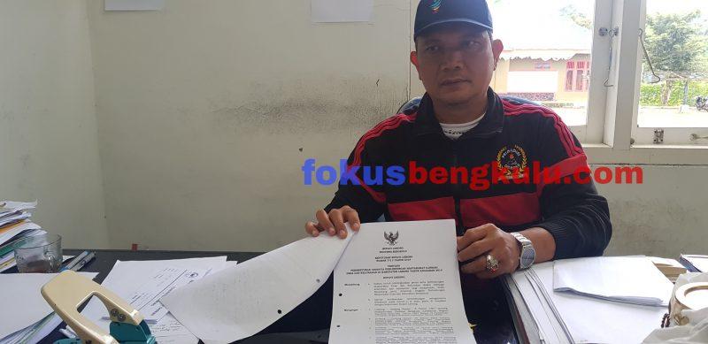 Kabag Hukum dan HAM Setda Lebong Drs Syabahul Adha menunjukkan SK Linmas yang sah dan resmi