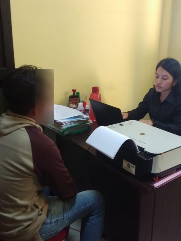 Pria berinisial Pl (40) warga Kecamatan Lebong Sakti saat diperiksa polisi atas dugaan pencabulan anak di bawah umur