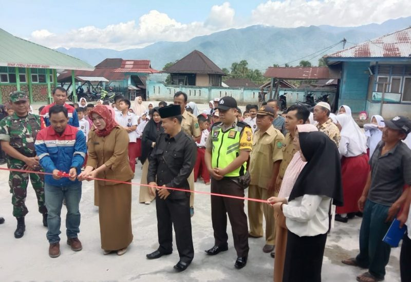 Penyerahan bantuan pembangunan lapangan sekolah oleh PT PGE Proyek Hululais kepada SDN 83 Lebong