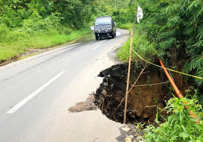 Jalan amblas di Desa Talang Ratu